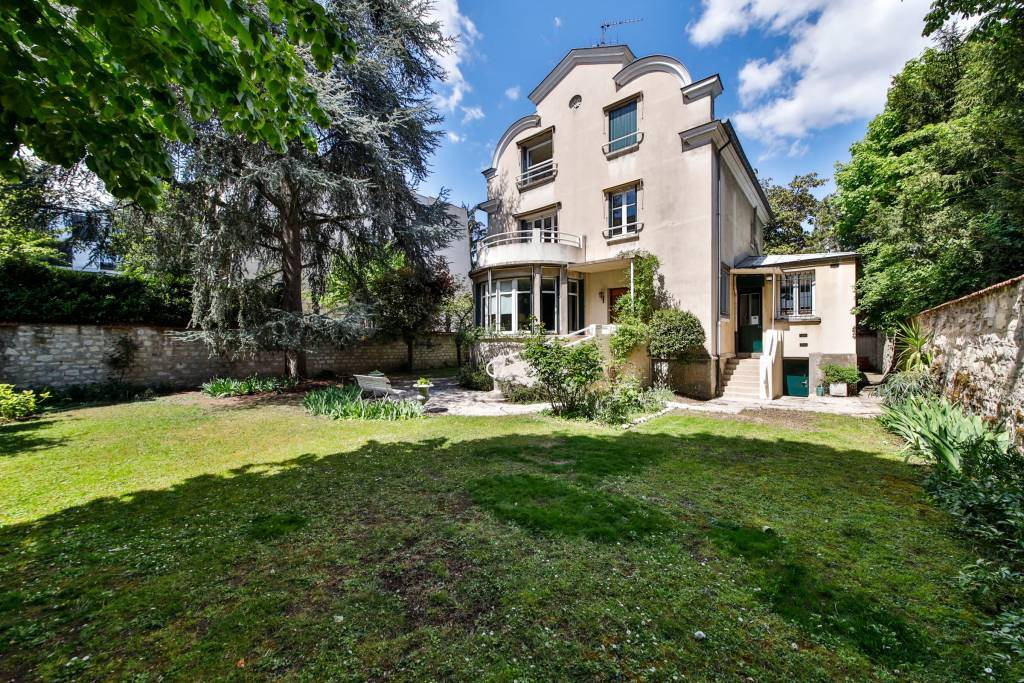 Boulogne North- A superb period property with a garden